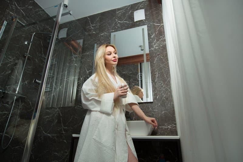 Belle jeune fille blonde avec de longs cheveux photo stock