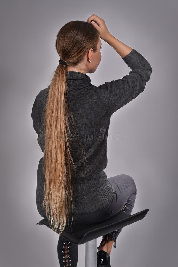 Belle jeune fille blonde avec de longs cheveux images stock