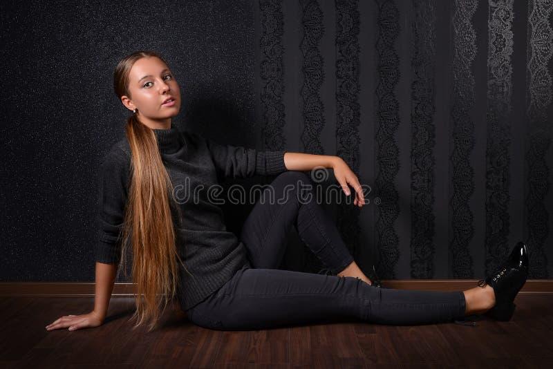 Belle jeune fille blonde avec de longs cheveux photographie stock