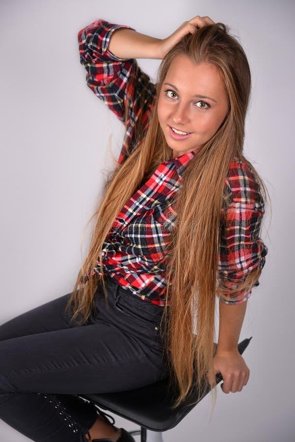 Belle jeune fille blonde avec de longs cheveux images libres de droits