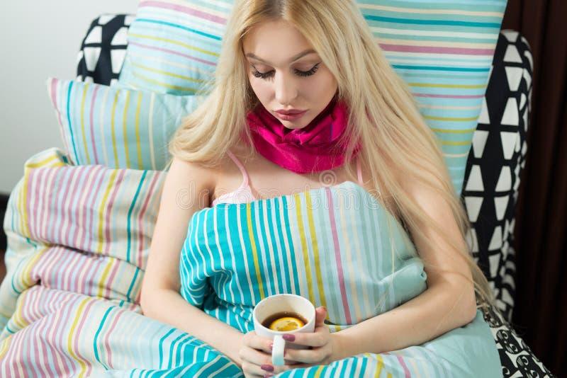Belle jeune fille blonde se trouvant sous une couverture image libre de droits