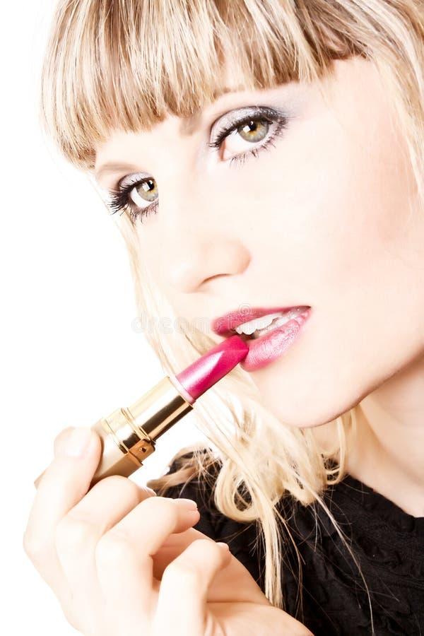 Belle jeune fille composant ses languettes photographie stock