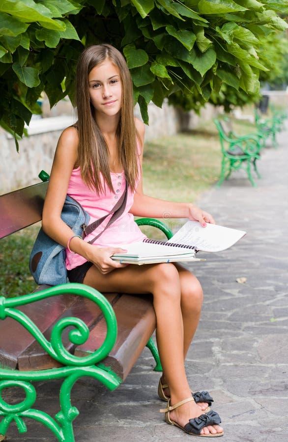 Belle jeune fille d'étudiant étudiant à l'extérieur. photo stock