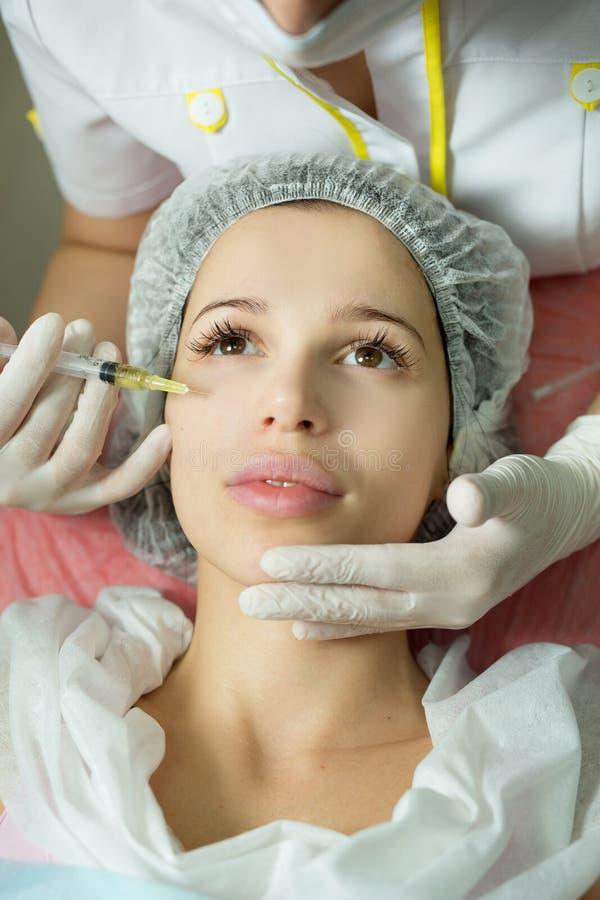 Belle jeune fille d'aspect européen sur la procédure d'injecter des injections photos stock