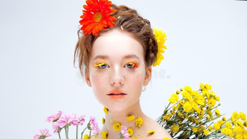 Belle jeune fille dans l'image de la flore, portrait en gros plan images stock