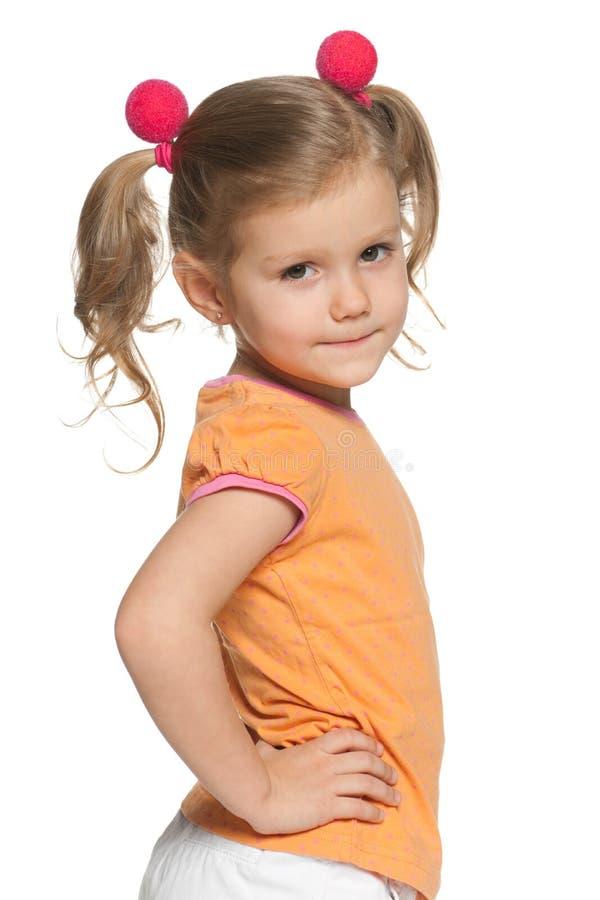 Belle jeune fille dans la chemise orange images libres de droits