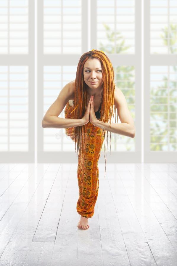 Belle jeune fille dans la pose de yoga. virabhadrasana photo libre de droits