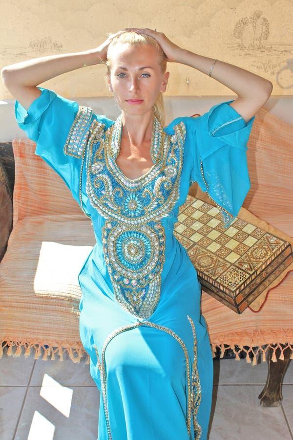Belle jeune fille dans la robe arabe photographie stock