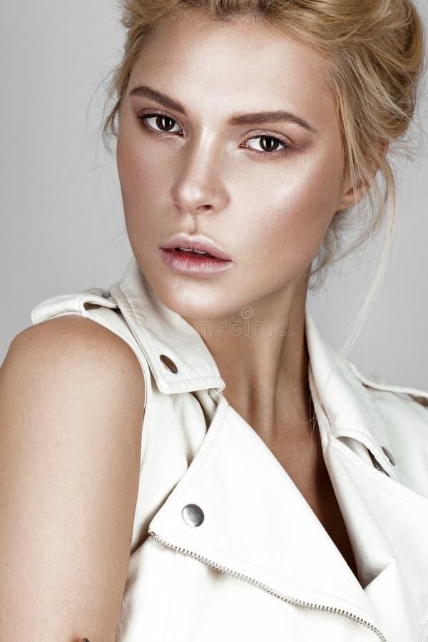 Belle jeune fille dans la robe blanche avec un maquillage naturel léger Visage de beauté photographie stock libre de droits