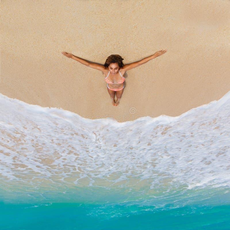 Belle jeune fille dans le bikini sur une plage tropicale Mer bleue dedans image stock