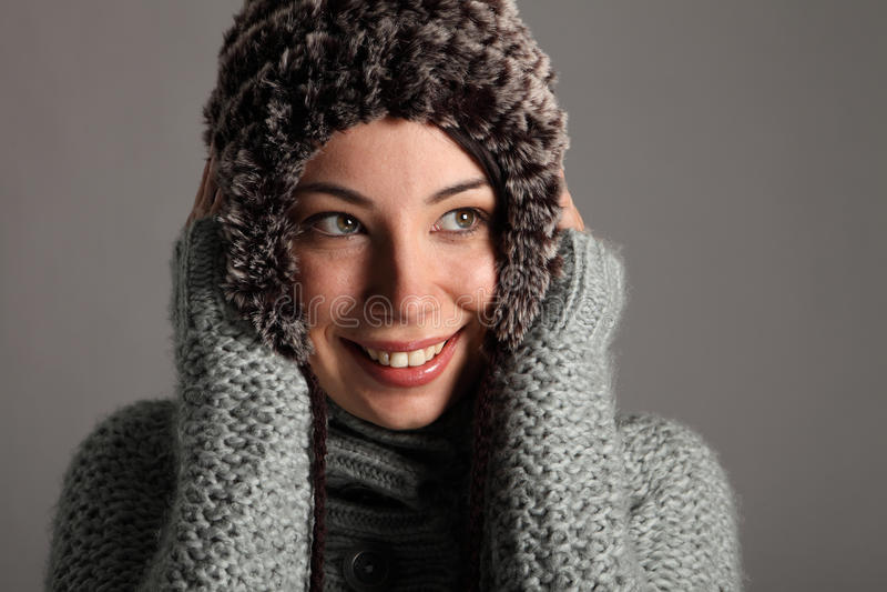 Belle jeune fille dans le cavalier et le chapeau de laines de l'hiver photographie stock libre de droits