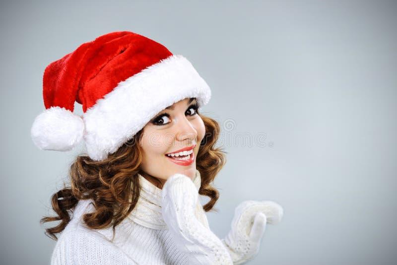 Belle jeune fille dans le chapeau de Santa image stock
