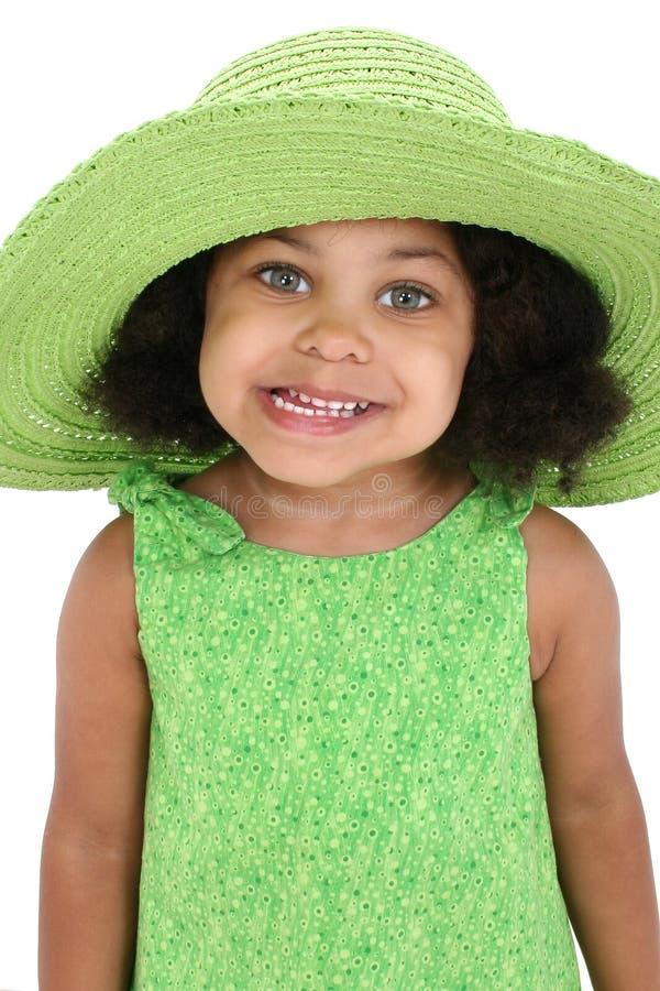Belle jeune fille dans le grand chapeau vert photo libre de droits