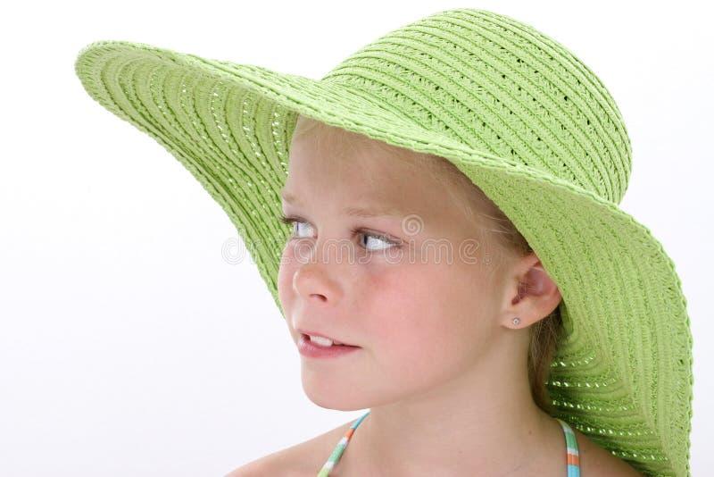Belle jeune fille dans le grand chapeau vert de plage photo libre de droits