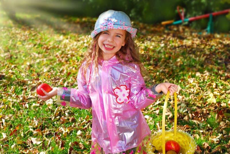 Belle jeune fille dans le jardin d'automne photos libres de droits