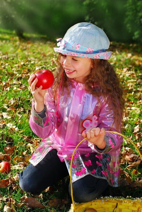 Belle jeune fille dans le jardin d'automne photographie stock