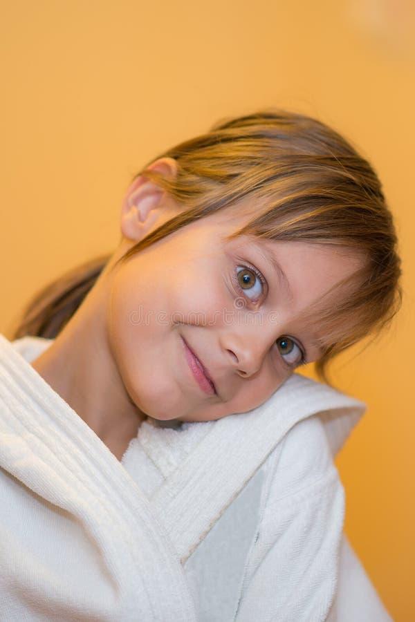 Belle jeune fille dans le peignoir blanc photos stock