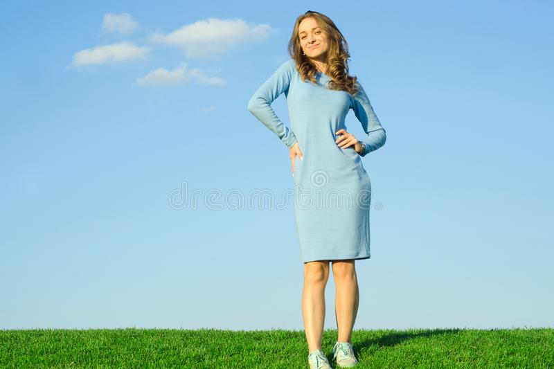 Belle jeune fille dans un ciel d'herbe de nature de robe images libres de droits
