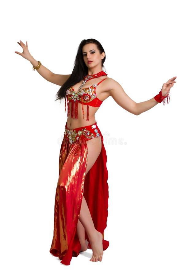 L jeune fille dans une danse orientale de costume rouge photo stock