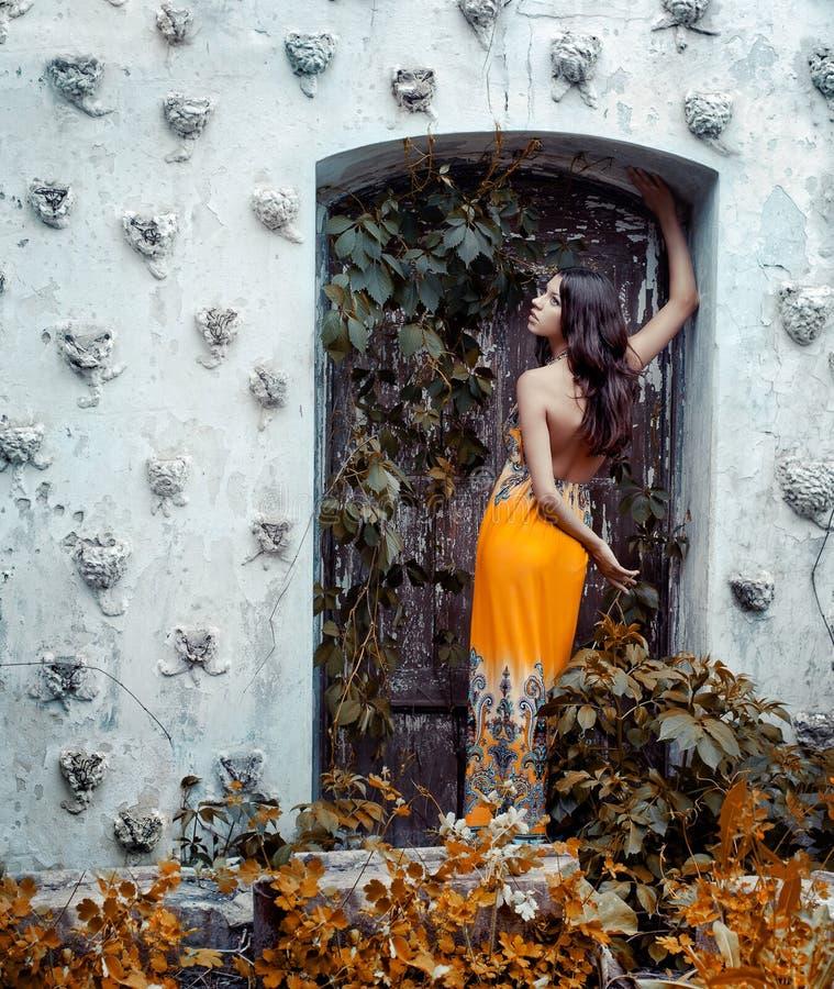 Belle jeune fille dans une longue robe photo stock