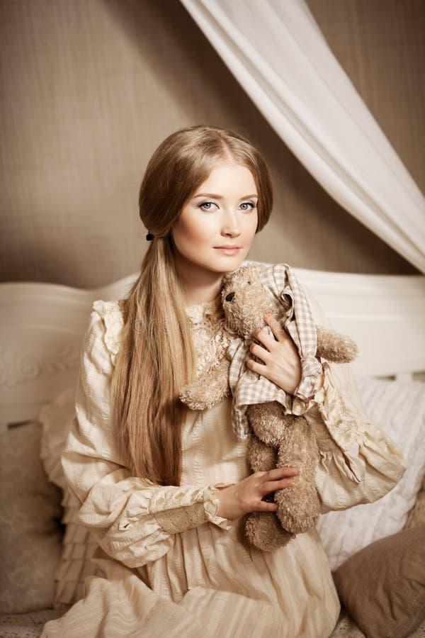 belle jeune fille dans une robe de vintage jolie femme douce image stock image du. Black Bedroom Furniture Sets. Home Design Ideas