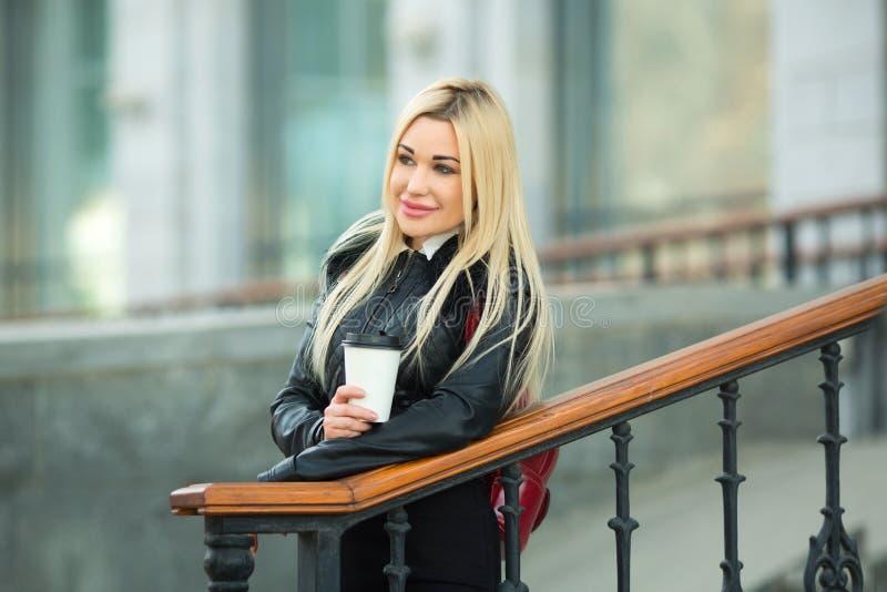 Belle jeune fille dans une veste noire dehors photos libres de droits
