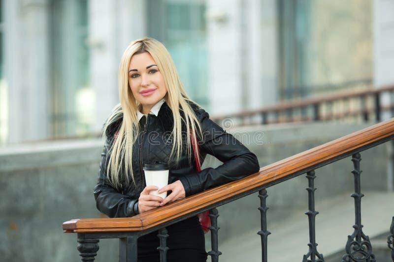 Belle jeune fille dans une veste noire dehors photographie stock