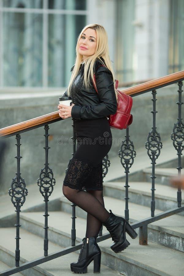 Belle jeune fille dans une veste noire dehors photo libre de droits