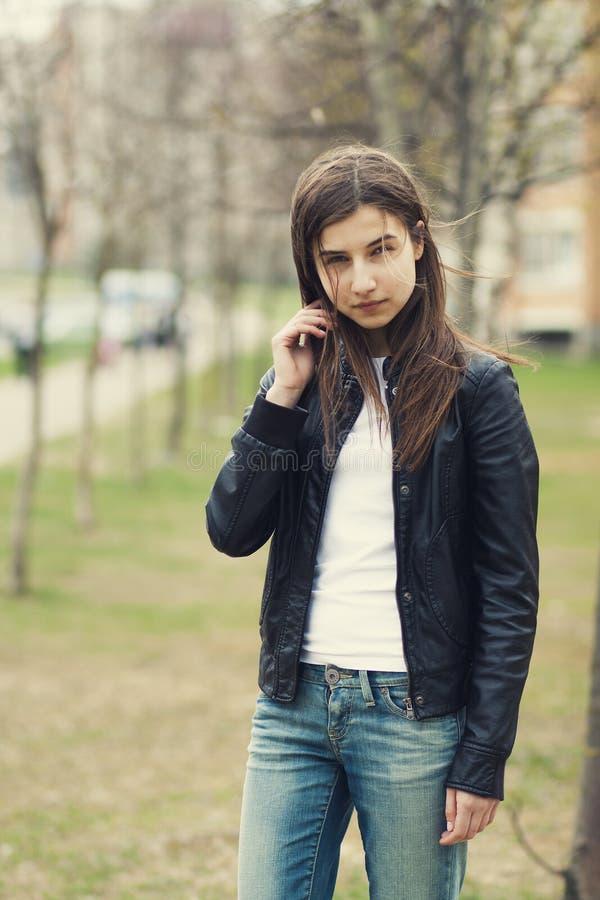 Belle jeune fille de brune image stock