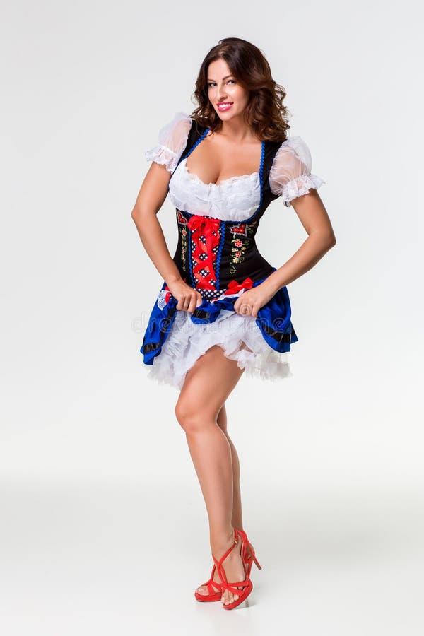 Belle jeune fille de brune de la chope en grès oktoberfest photos stock