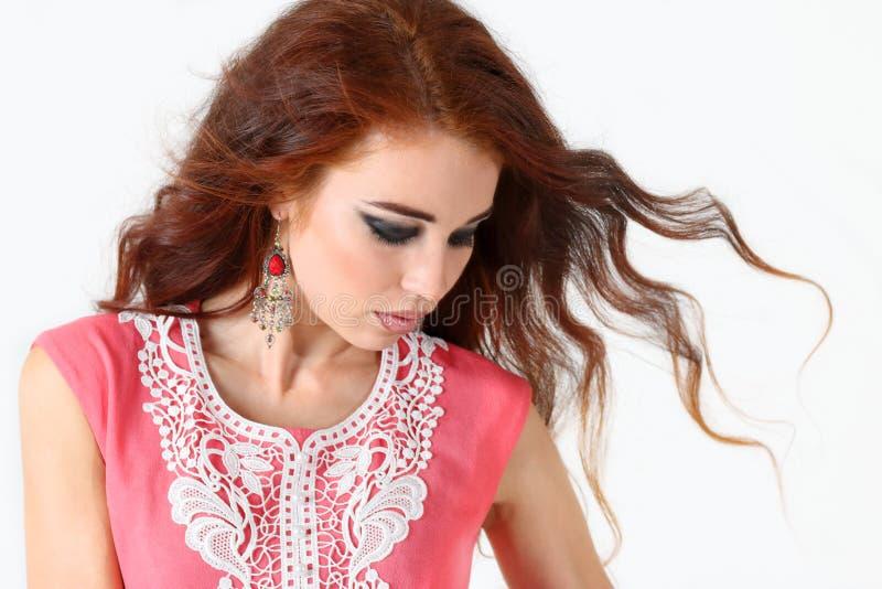 Belle jeune fille de portrait avec les cheveux rouges photo libre de droits