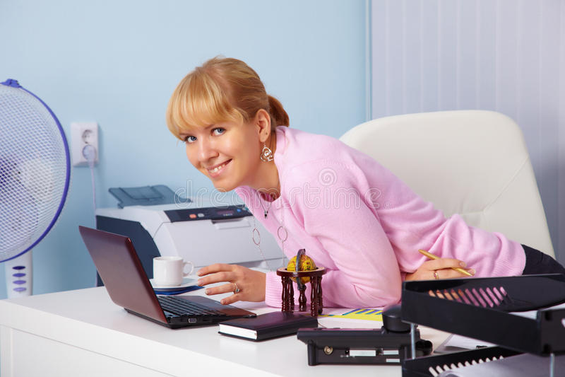 Belle jeune fille de sourire dans le bureau images libres de droits