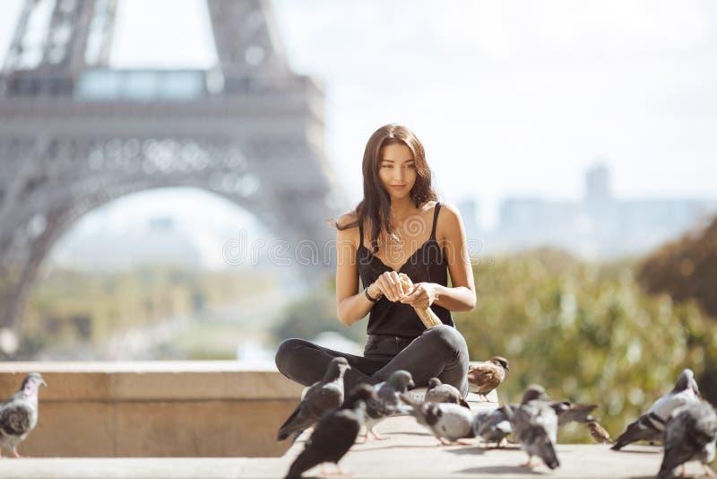 Belle jeune fille de touristes près de Tour Eiffel image stock