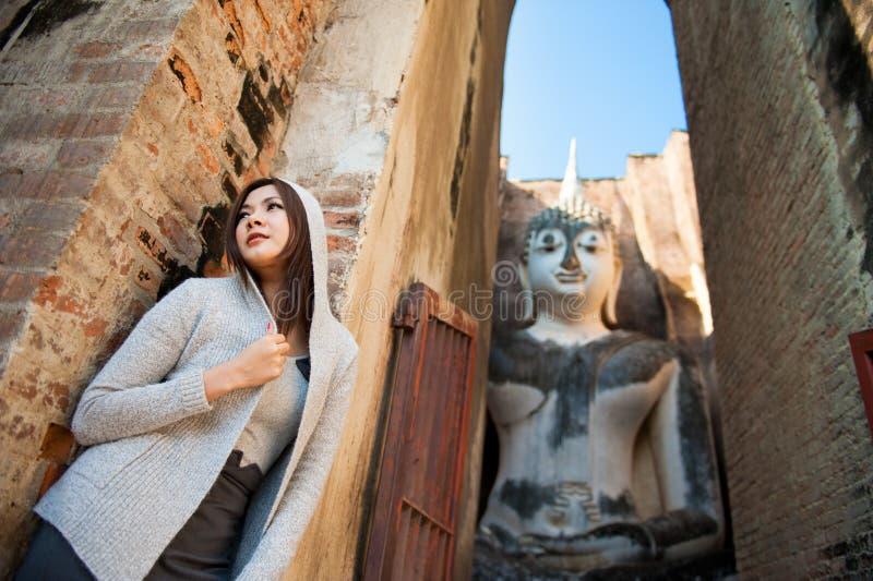 Belle jeune fille et grand Bouddha image stock