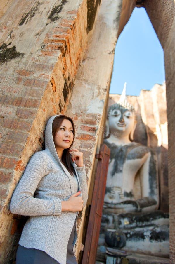 Belle jeune fille et grand Bouddha photos libres de droits