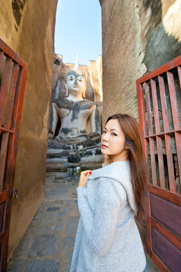 Belle jeune fille et grand Bouddha images stock