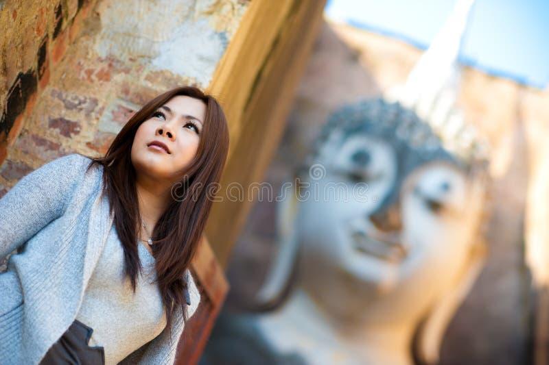 Belle jeune fille et grand Bouddha chez Srichum Tem photo stock