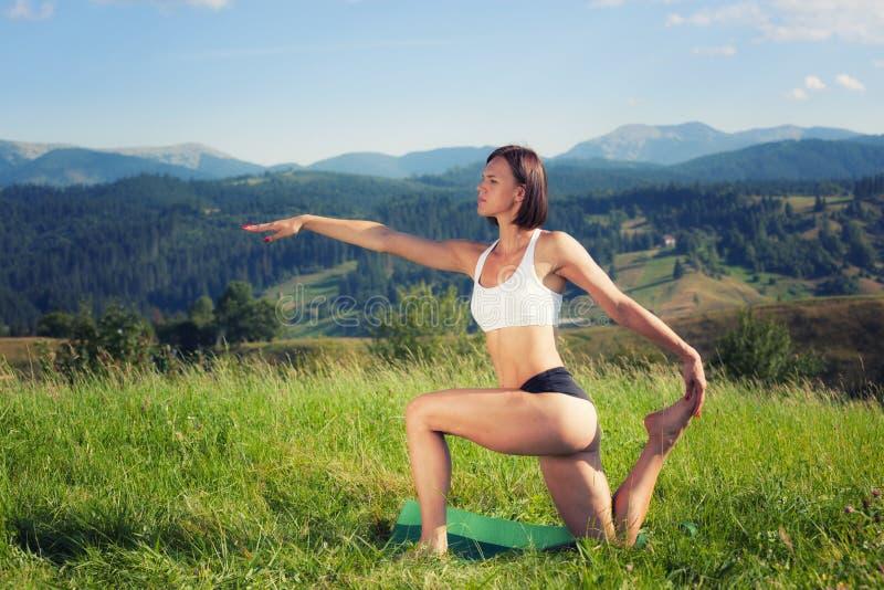 Belle jeune fille faisant l'exercice de yoga images libres de droits