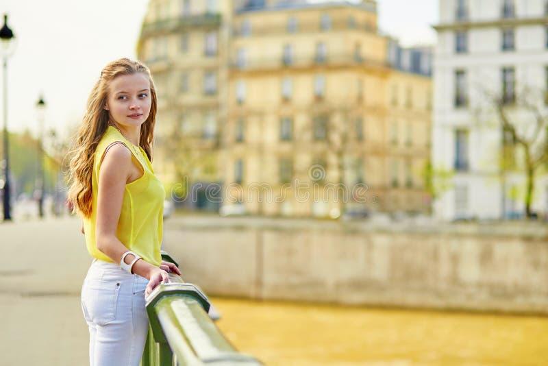 Belle jeune fille marchant à Paris photographie stock