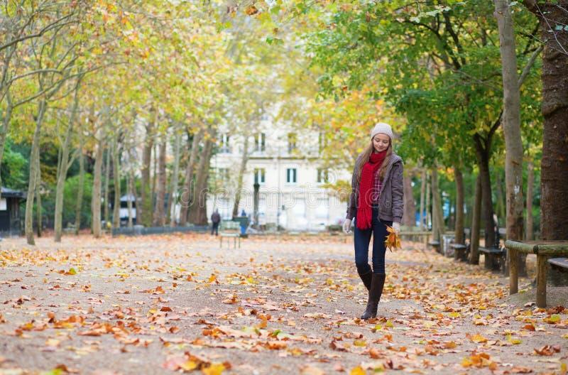 Belle jeune fille marchant un jour d'automne image stock