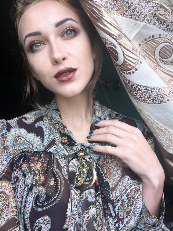 Belle jeune fille mince de Selfie images stock