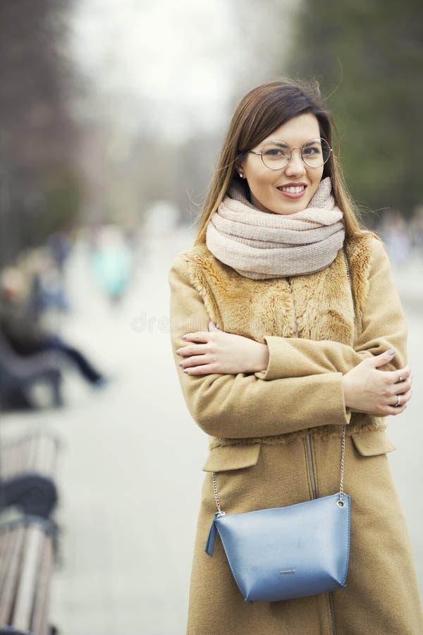 Belle jeune fille modèle blonde de sourire en parc image stock