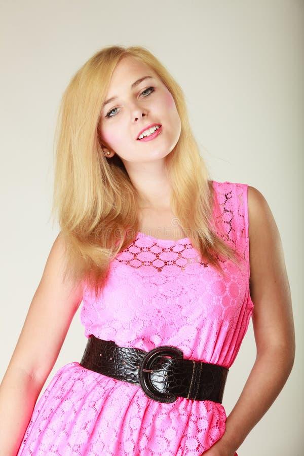 Belle jeune fille portant la robe rose courte photo libre de droits