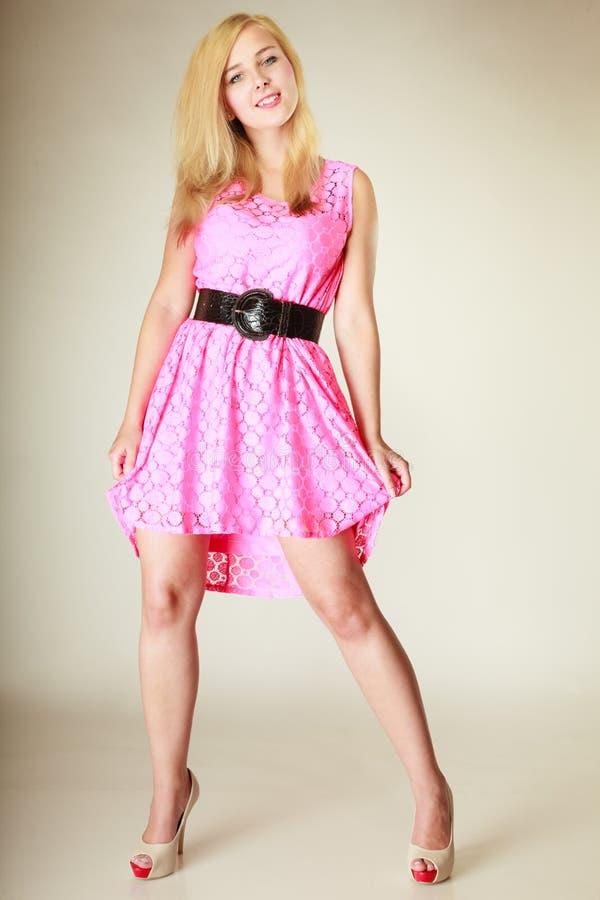 Belle jeune fille portant la robe rose courte photographie stock libre de droits