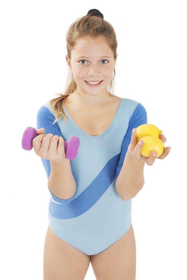 Belle jeune fille posant avec l'haltère et les citrons Concept sain de style de vie Projectile de studio photos stock