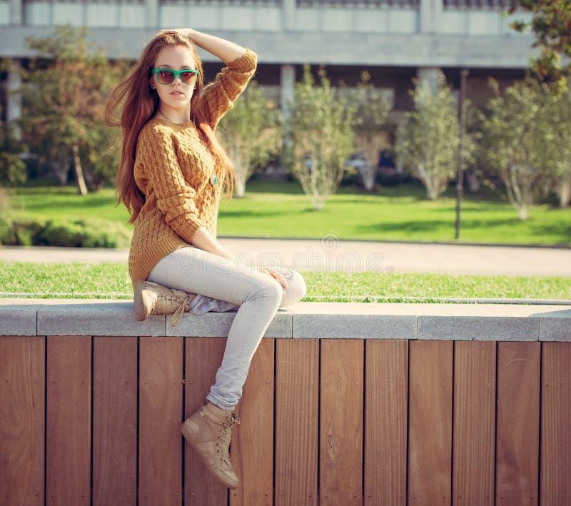 Download Belle Jeune Fille Reposant En Parc Sur Des Whis Chauds D'un Jour D'été Un Sac Image stock - Image du fond, gumshoes: 45367433