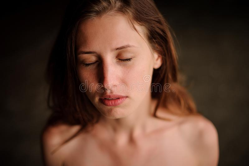 Belle jeune fille rousse dans la caverne de l'eau avec les yeux fermés images stock