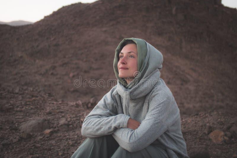 Belle jeune fille se reposant et souriant dans le désert photos libres de droits