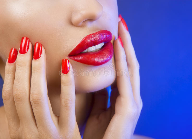 Belle jeune fille sexy avec les lèvres rouges et le vernis à ongles rouge photos stock