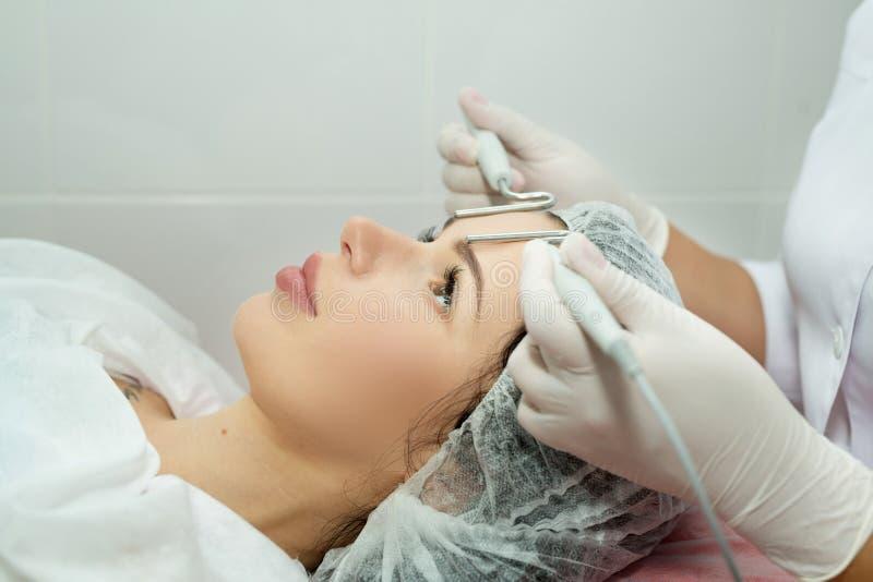 Belle jeune fille sur la procédure de la peau images stock